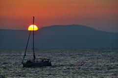 Puesta del sol con un barco Fotos de archivo
