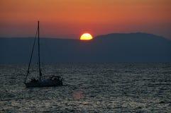 Puesta del sol con un barco Fotos de archivo libres de regalías