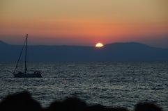 Puesta del sol con un barco Fotografía de archivo