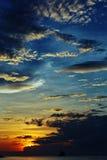 Puesta del sol con un cielo frío sobre el mar Fotos de archivo libres de regalías
