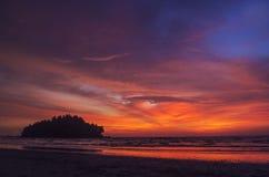 Puesta del sol con un enorme cielo Imagen de archivo libre de regalías