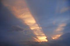 Puesta del sol con un haz de luz Fotografía de archivo libre de regalías