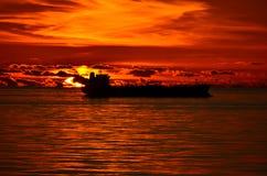 Puesta del sol con una nave de petrolero Foto de archivo libre de regalías