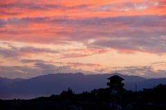 Puesta del sol con una silueta de la casa Fotos de archivo libres de regalías