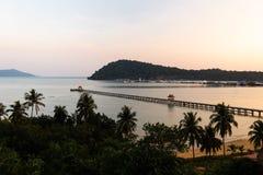 Puesta del sol con una visión sobre el embarcadero - Ko Chang, Tailandia, abril de 2018 fotografía de archivo libre de regalías