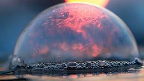 Puesta del sol congelada - helada de la burbuja de jabón en el sulight pasado almacen de video