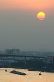 Puesta del sol contaminada sobre Bangkok Fotos de archivo libres de regalías