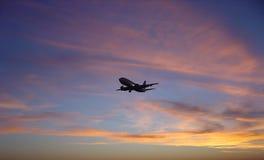 Puesta del sol CONTRA el aeroplano Imagen de archivo libre de regalías