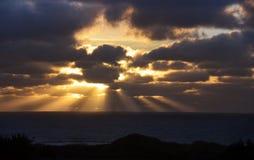 Puesta del sol costera con los rayos de Sun foto de archivo