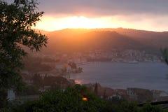 Puesta del sol Croatia de la ciudad del Vis fotos de archivo libres de regalías
