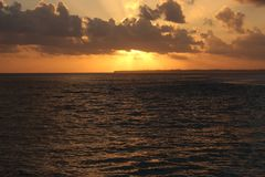 Puesta del sol cubierta con las nubes Fotografía de archivo
