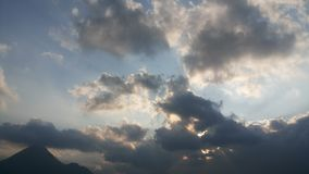 Puesta del sol cubierta en nubes en la ciudad de la piedra una alta cordillera foto de archivo libre de regalías
