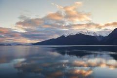 Puesta del sol de Alaska reflejada Imagen de archivo libre de regalías