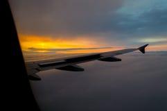 Puesta del sol de aviones fotos de archivo