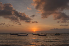 Puesta del sol de Bali con los barcos Fotos de archivo libres de regalías
