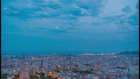Puesta del sol de Barcelona de la ciudad del lapso de tiempo con la luna en el cielo almacen de metraje de vídeo