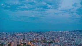 Puesta del sol de Barcelona de la ciudad del lapso de tiempo con la luna en el cielo metrajes