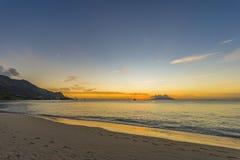 Puesta del sol de Beau Vallon Beach fotos de archivo