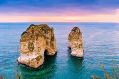 Puesta del sol de Beirut en rocas del raouche Fotos de archivo
