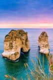 Puesta del sol de Beirut en rocas del raouche Imágenes de archivo libres de regalías
