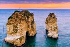 Puesta del sol de Beirut en rocas del raouche Fotografía de archivo libre de regalías