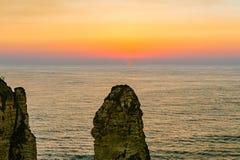 Puesta del sol de Beirut en rocas del raouche Imagen de archivo