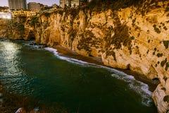 Puesta del sol de Beirut en rocas del raouche Imagen de archivo libre de regalías