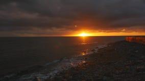 Puesta del sol de Beuatiful en el mar metrajes
