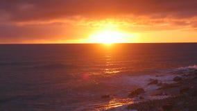 Puesta del sol de Beuatiful en el mar almacen de video