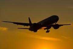 Puesta del sol de Boeing 777 Imagen de archivo