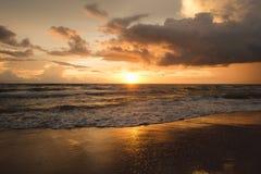Puesta del sol Puesta del sol de Calmness Puesta del sol del mar del oro imagenes de archivo