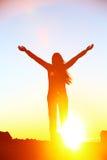Puesta del sol de celebración feliz de la mujer del éxito que anima Fotos de archivo libres de regalías