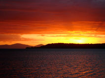 Puesta del sol de color rojo oscuro sobre el lago Taupo, Nueva Zelandia Fotos de archivo