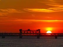 Puesta del sol de Dnipropetrovsk sobre el puente Fotos de archivo