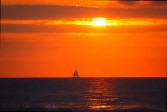 Puesta del sol de Hawaii con el barco de vela Imagen de archivo libre de regalías
