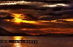 Puesta del sol de Hdr con las nubes dramáticas imagen de archivo
