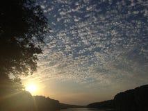 Puesta del sol de hechizo y magnific en el río fotografía de archivo libre de regalías