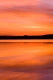 Puesta del sol de Idilic sobre el agua del océano fotos de archivo libres de regalías