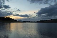 Puesta del sol de la última hora de la tarde en un lago en el campo de Sao Paulo Foto de archivo