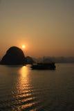 Puesta del sol de la bahía de Halong Foto de archivo libre de regalías