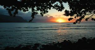 Puesta del sol de la bahía de Hanalei, Kauai Foto de archivo libre de regalías