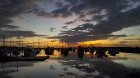 Puesta del sol de la bahía de Manila con los barcos Imágenes de archivo libres de regalías
