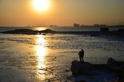 Puesta del sol de la bahía del mar Imágenes de archivo libres de regalías