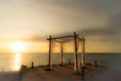 Puesta del sol de la boda en la playa foto de archivo