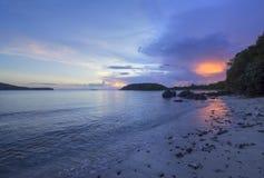 Puesta del sol de la bola de fuego en el Caribe fotos de archivo