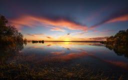 Puesta del sol de la caída del lago Benbrook en Tejas rural fotografía de archivo