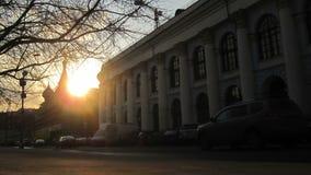 Puesta del sol de la ciudad. Calle de Moscú Varvarka. Lapso de tiempo con la gente y los coches rápidos. metrajes