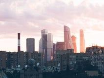 Puesta del sol de la ciudad de Mosc? imagenes de archivo