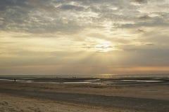 Puesta del sol de la costa de los rayos de sol imagenes de archivo