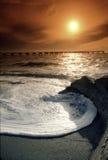 Puesta del sol de la Costa del Golfo de la Florida con la onda grande y el cielo caliente Imagen de archivo libre de regalías